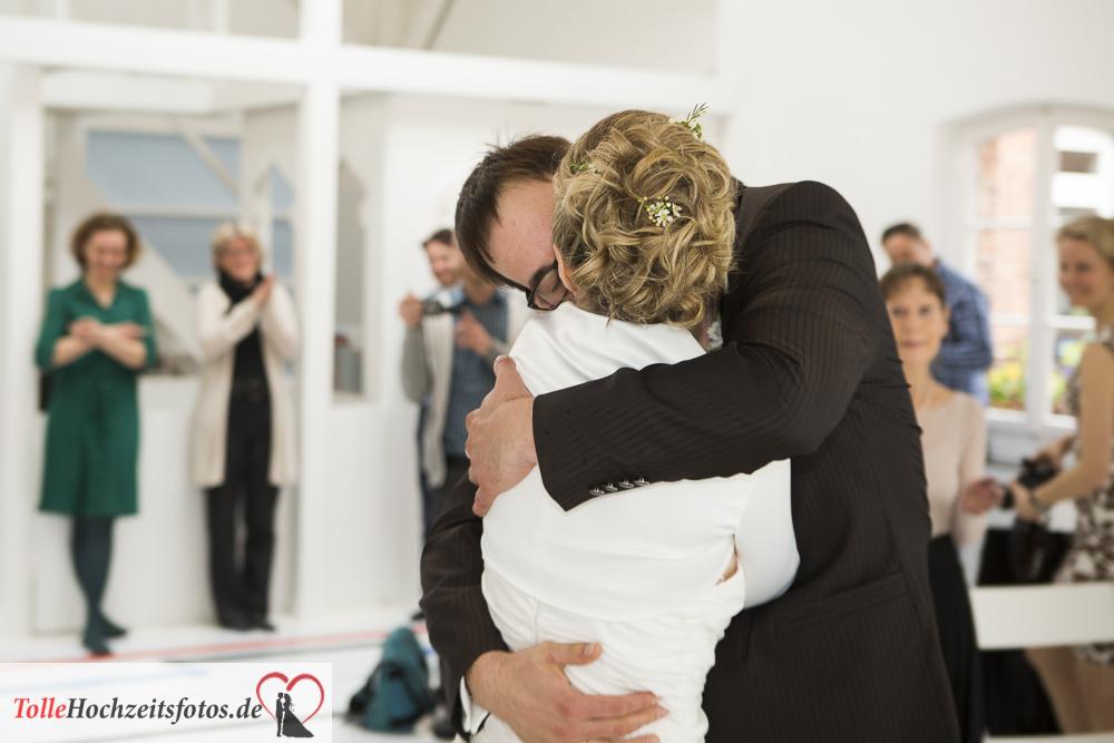 Hochzeitskuss bei der Hochzeit von Lillemohr und Alexander im Yogastudio in Hamburg