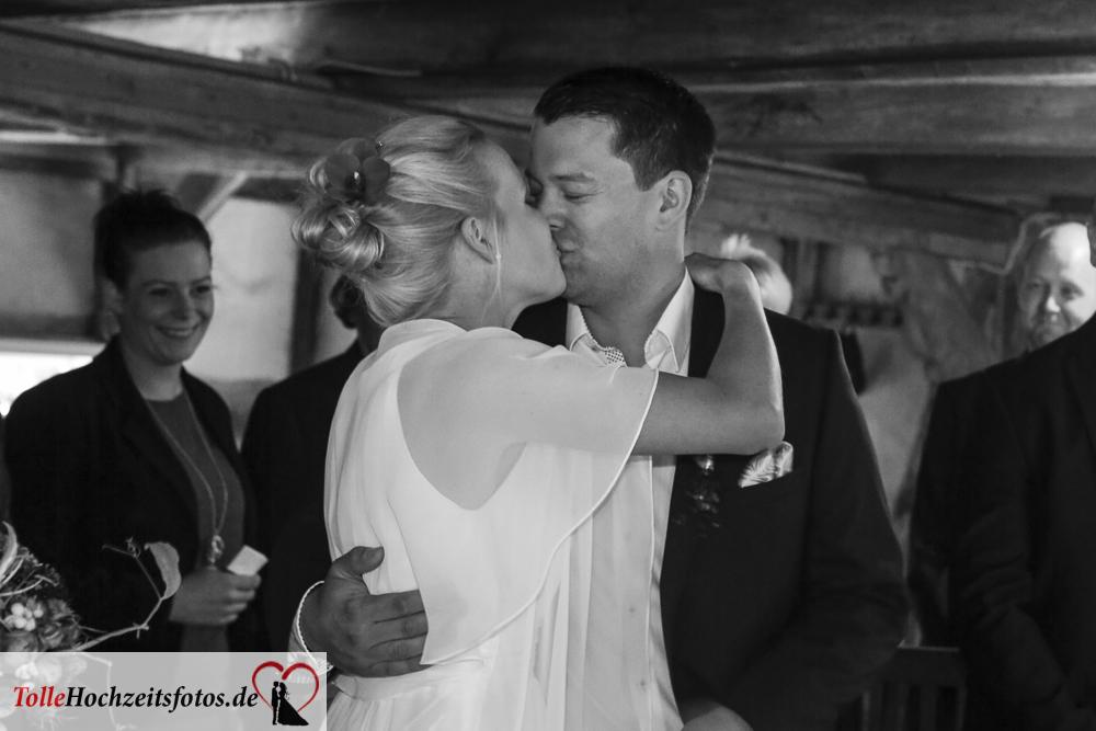Der Hochzeitskuss des brautpaares