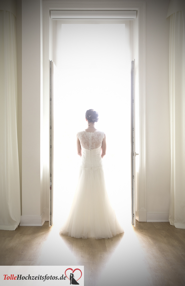 Hochzeitsfotograf eingetragene Lebenspartnergemeinschaft die Braut am Fenster