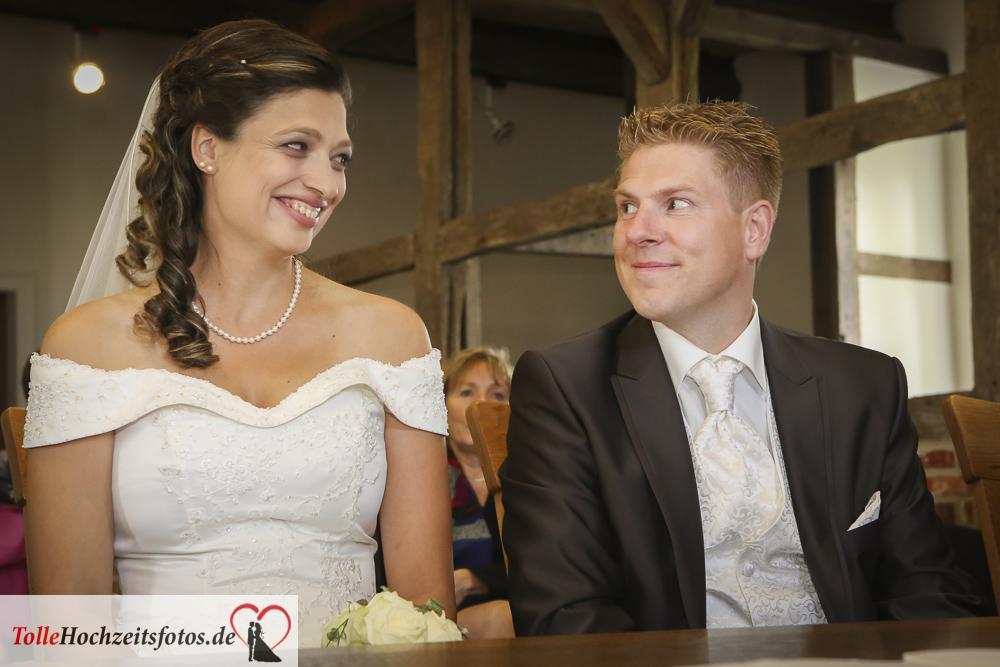 Das Brautpaar schaut sich verliebt an
